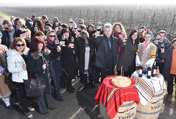 """""""Вилла Ямбол"""" угостила жителей города в день покровителя виноградарей Трифона Зарезана"""