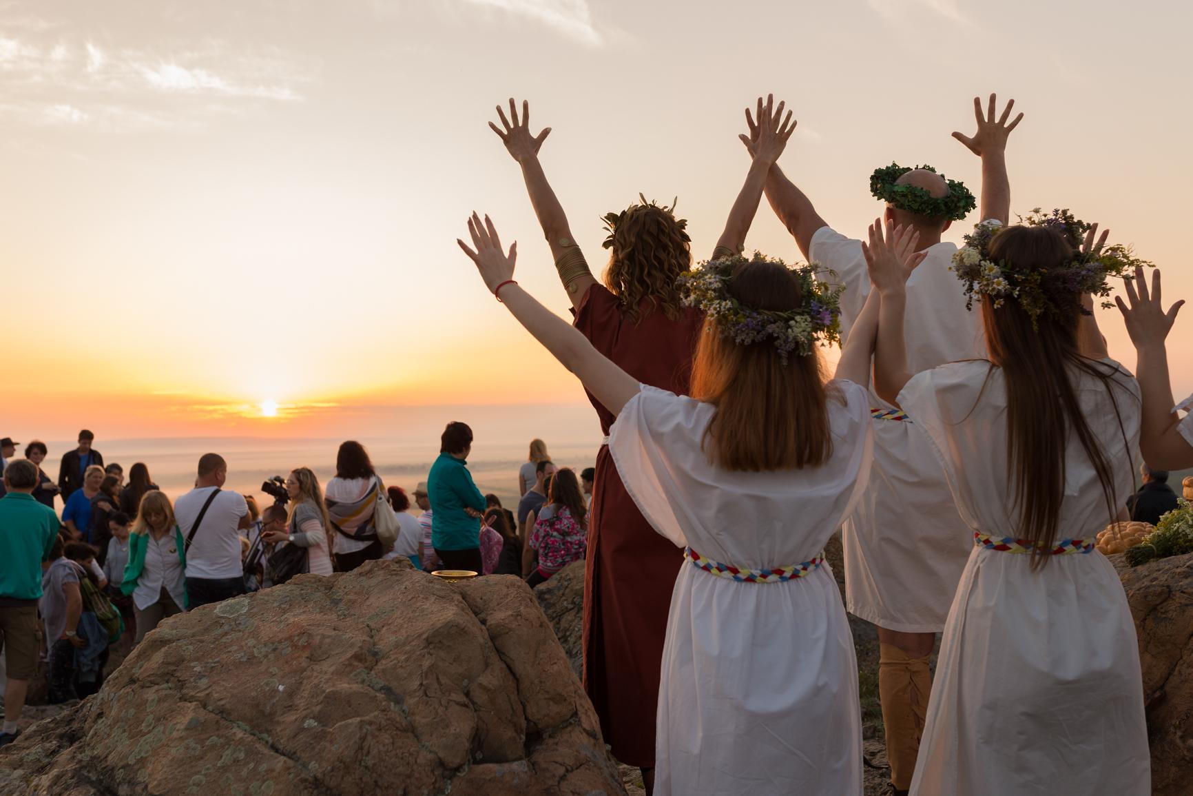 Пресъздадоха древен ритуал за посрещане на изгрева в най-дългия ден от годината